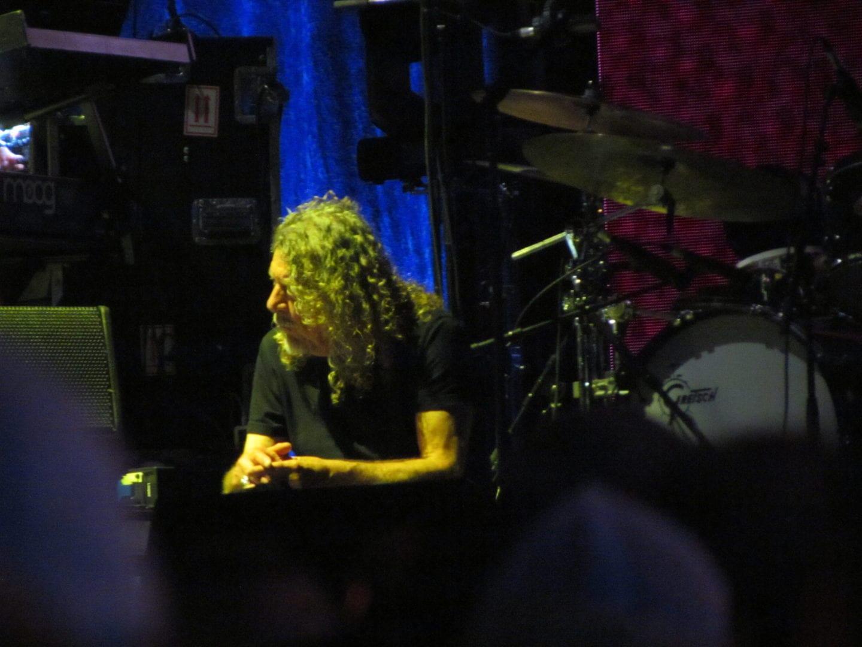 Robert Plant under the yellow lighting