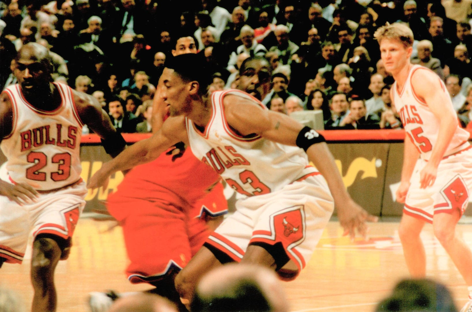 Jordan, Pippen, and Kerr going for the ball